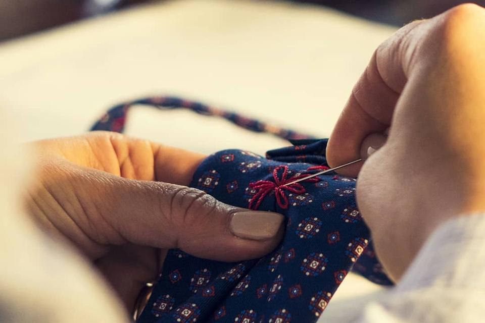 impuntura fatta a mano su cravatta sette pieghe